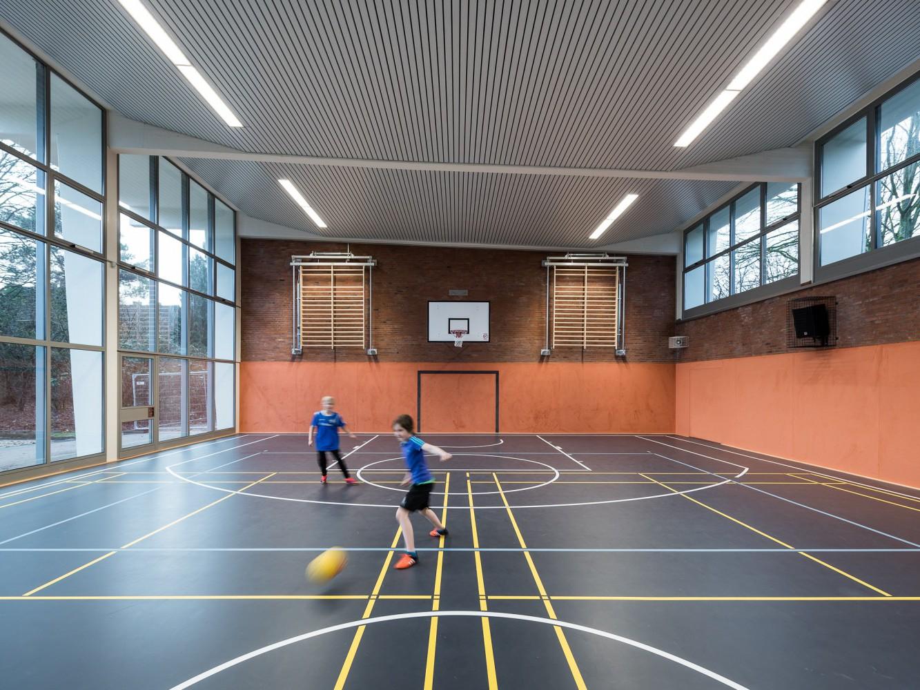 sanierung-sporthalle-schule-hinter-der-lieth-innenansicht-ball