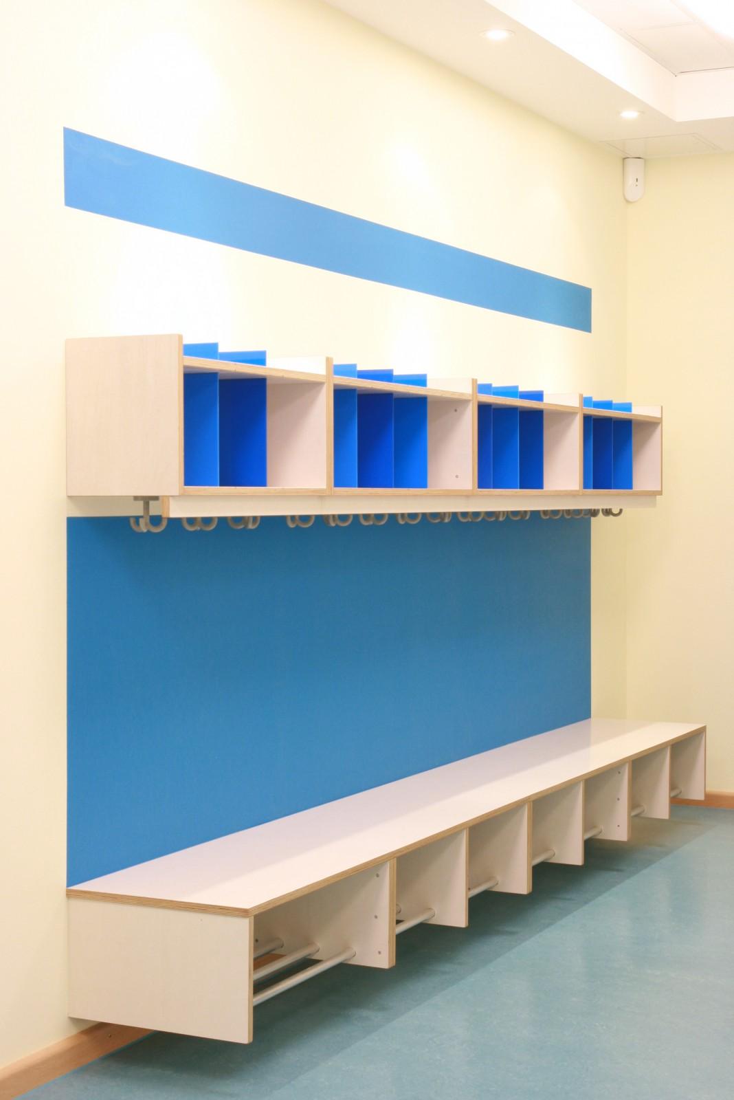 ausbau-kita-luettkamp-garderobe blau
