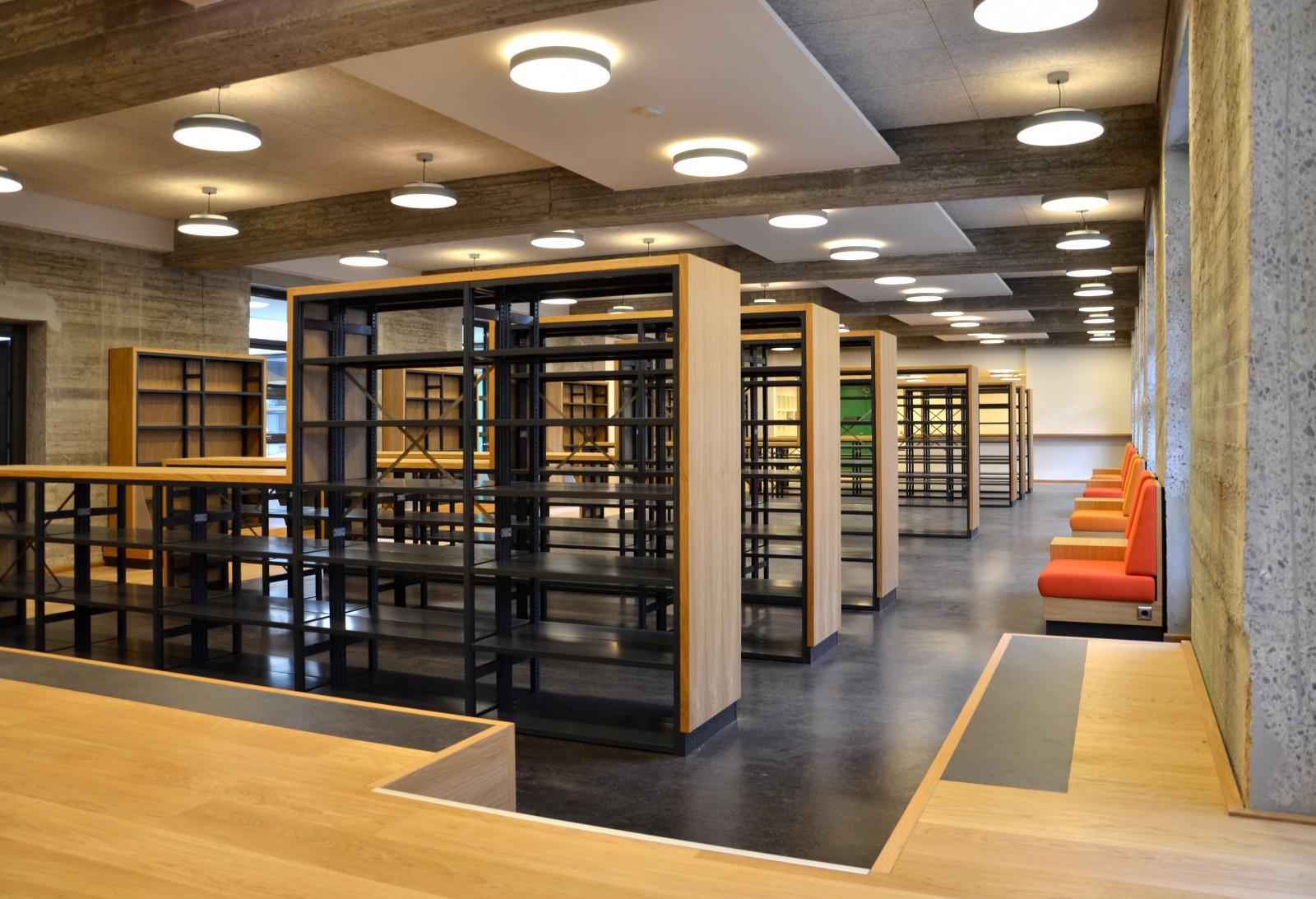 gymnasium-christianeum-regale-und-sessel-bibliothek