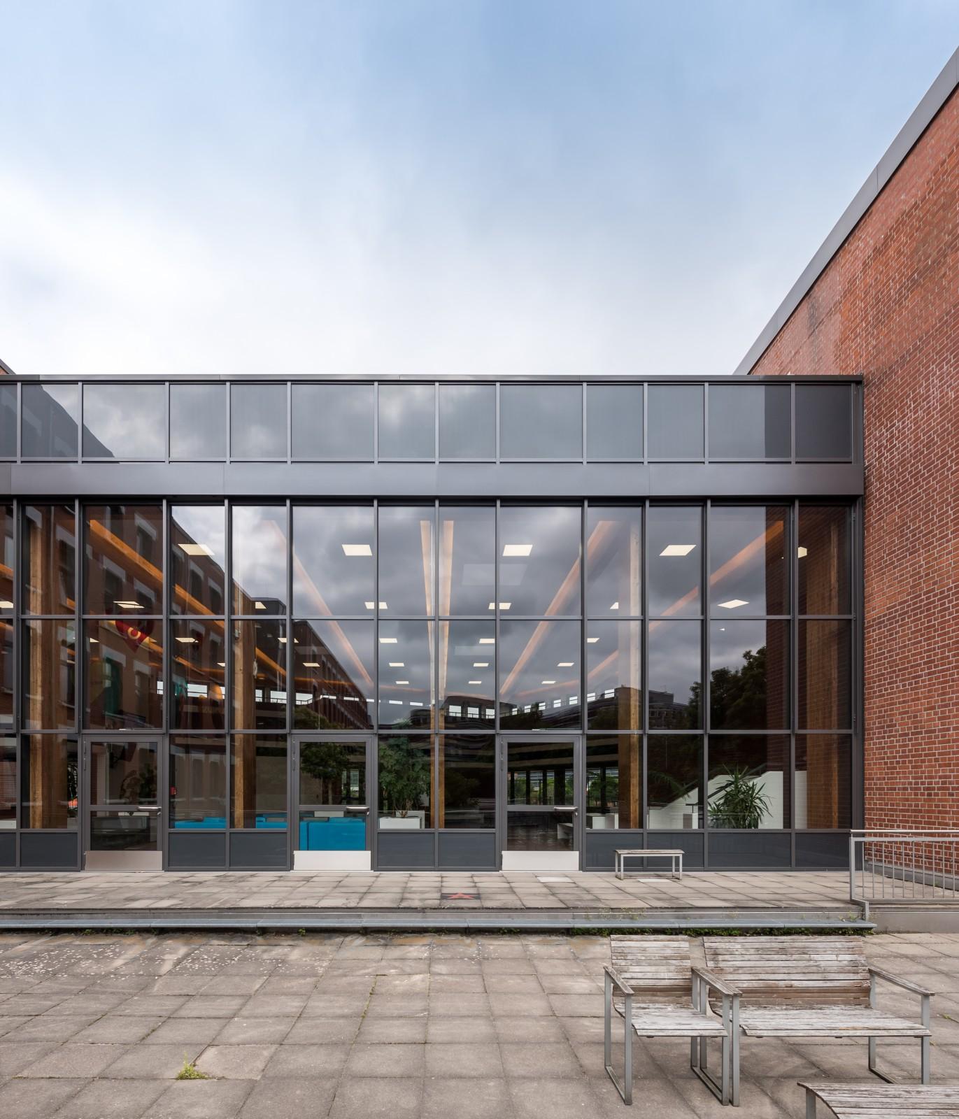 aeußere-innere-grundsanierung-staatliche-schule-gesundheitspflege-ansicht-pfosten-riegel-fassade-aula