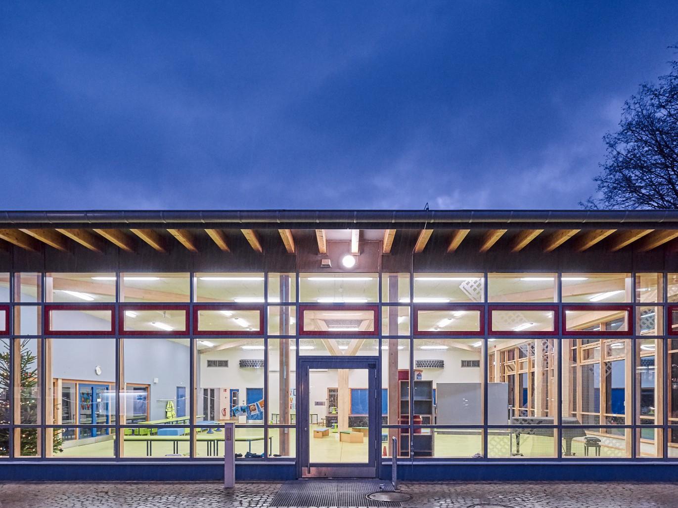 neubau-pausenhalle-gebaeudesanierung-schule-windmuehlenweg-frontalansicht