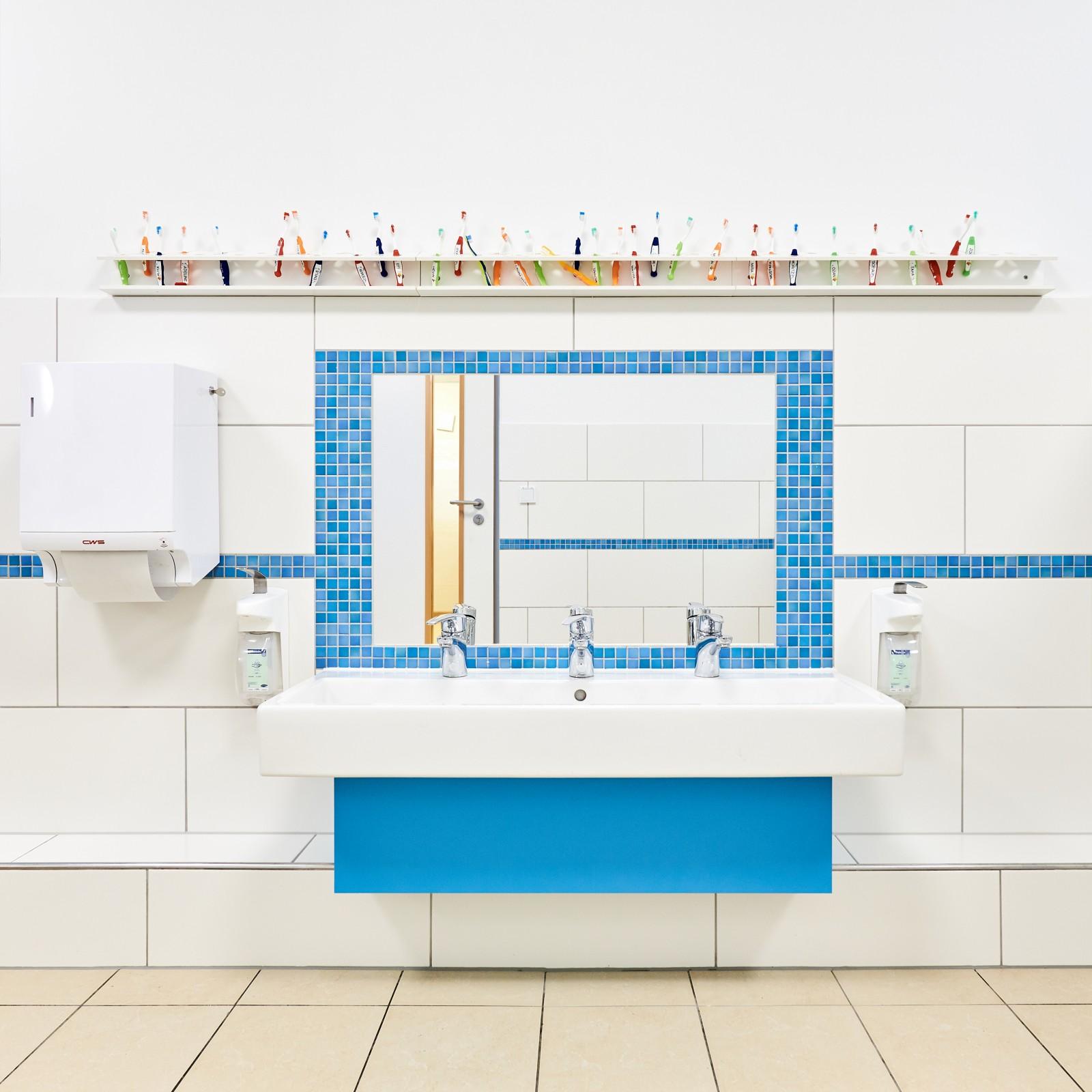 ausbau-kita-luettkamp-sanitaerbereich-blau